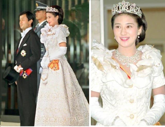 祝賀パレードの後、東宮仮御所の玄関前にお姿を見せられたご夫妻。雅子さまの気高く美しい笑顔。