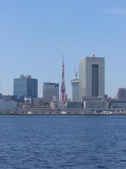 水上バスより東京タワーを臨む