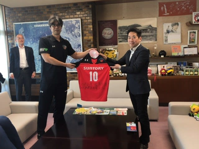 8d563bf9af1fa 最後に、荻野監督から選手のサイン入りの新ユニフォームが倉田市長に渡されました。