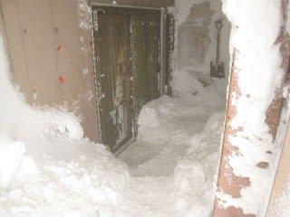 避難小屋入口。雪かきにご協力を