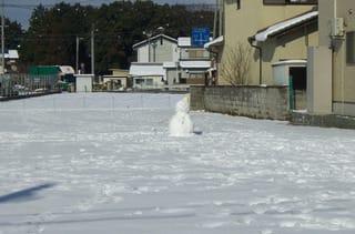 空き地の雪だるま
