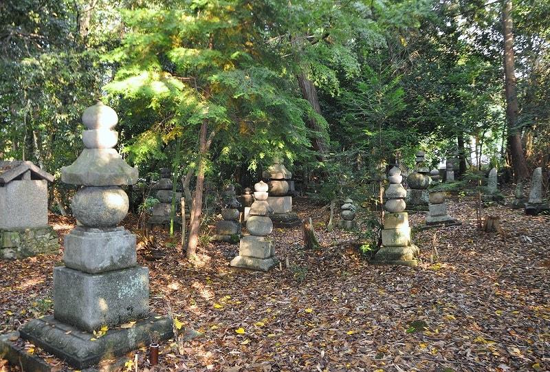 長岳寺の五輪塔群