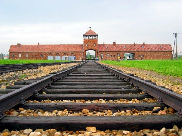 Auschwitzbirkenaumain_track1