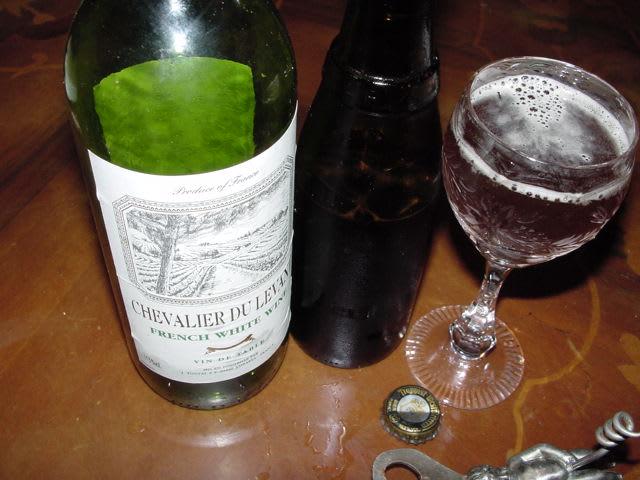 白ワインとベルギービールの画像