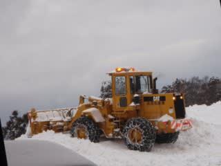 ガガガガッと勢いよく除雪中。もう暫く掛かりそう