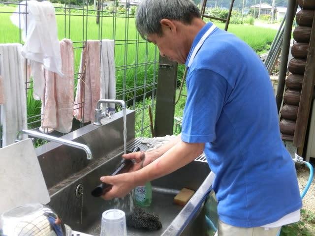 竹炭を洗う