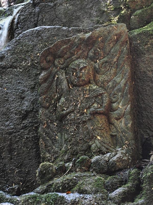 鎌倉の滝横の不動