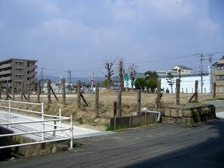 元誠之館の敷地の一部(白く見える道の左手に駐輪場、右手に駐車場・裏庭・二階建の市民図書館があった)