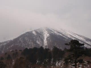 今日の大山。下から見たときは青と白に見えたのに、登ってきたら曇り空