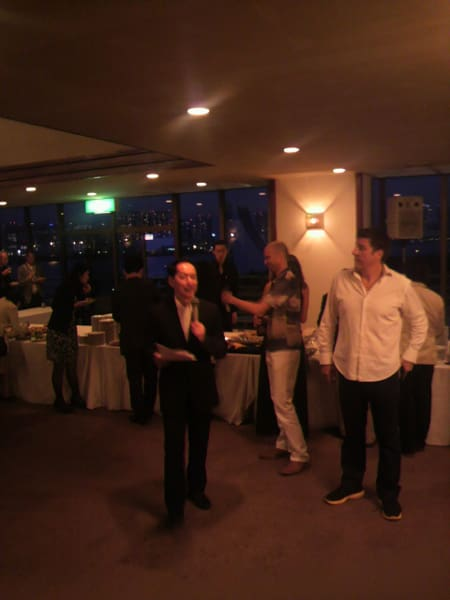毛利さんがスピーチ。右は今回のイベントの主催者でインターナショナルスクール会長パトリック氏