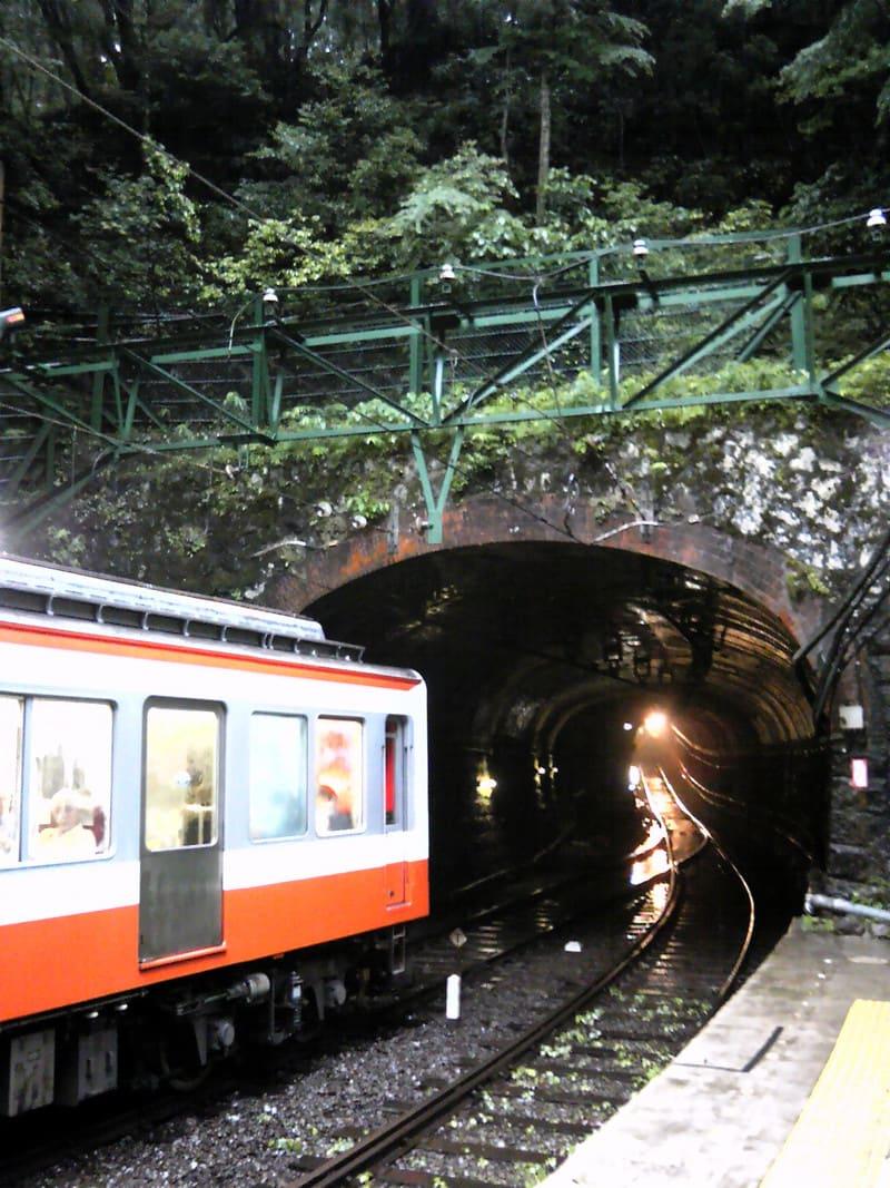 雨の箱根、塔ノ沢駅にて…。