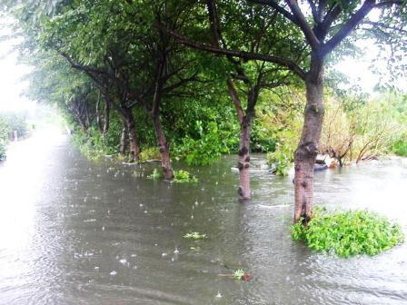 2003年 加田屋川が氾濫する中行...