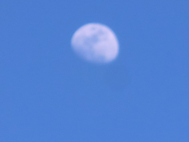 昼間の月(ピンボケ)