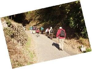 山道を登り初めです、またここでも熊、出没の立て札が