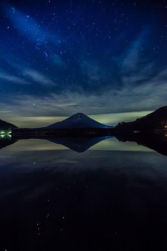 精進湖から撮影した富士山と星空の写真