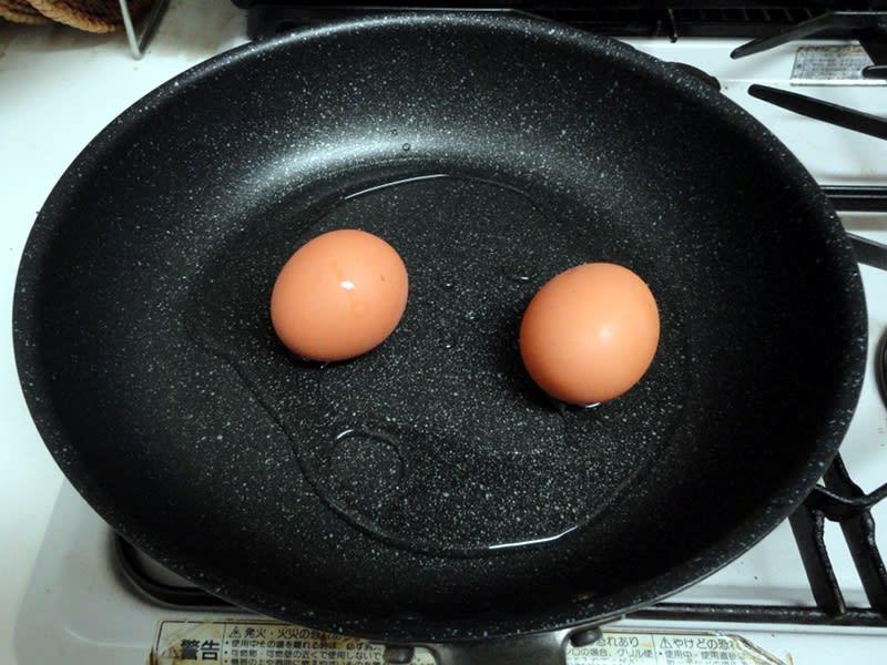 07月26日 フライパンに卵と水を入れます。