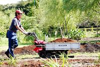 堆肥は地元から提供される生ごみなどから作られた有機堆肥。堆肥運びなどの重量物運びに役立つ運搬機「力丸」。猪瀬代表の息子・浩平さん(28)は学生を中心とするボランティア組織「見沼・風の学校」の事務局長