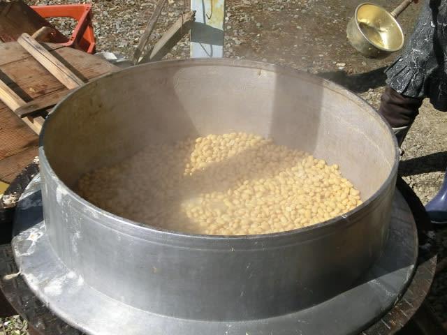 大豆をゆでる