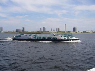 水上バスより「ヒミコ」を臨む