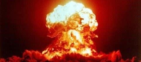 核ミサイルを前方に投射しながら、その電離放射能のなかをかき分けるように、敵陣に突入してゆく、わが郷の爆撃機
