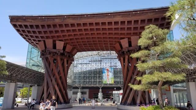 JR金沢駅前の鼓門(つづみもん)