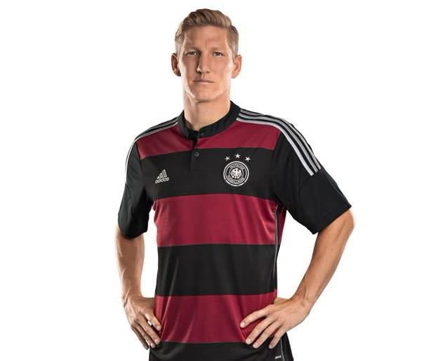 81d8bb905e84d8 ドイツ代表、2018年W杯のアウェーユニフォームは「伝説の90年ユニ」を ...