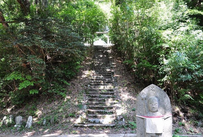 増賀上人の墓石段