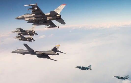 米空軍,B-1Bランサー,第28爆撃航空団,空自,F2A,三沢基地,第35戦闘航空団,F-16CJ,ファイティングファルコン,ステルス戦闘機,飛行機,航空機,パイロット,乗り物,共同訓練,