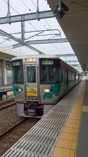 八草で接続する愛知環状鉄道2000系電車