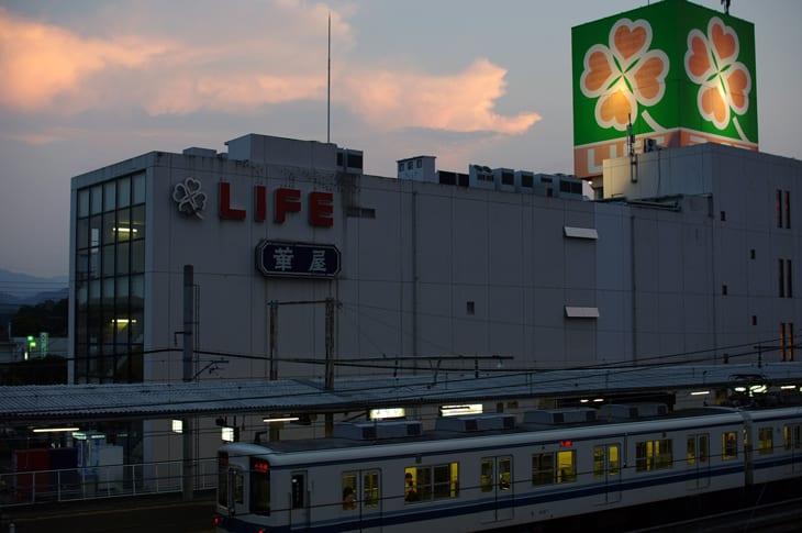 熊谷に行く用事があり、仕事から帰って急いで寄居駅へ。 寄居駅側から見る駅前のライフ、入口側から見るよりなんだか大きく見える気がします