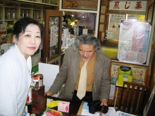 旭丘光志氏と女性薬剤師