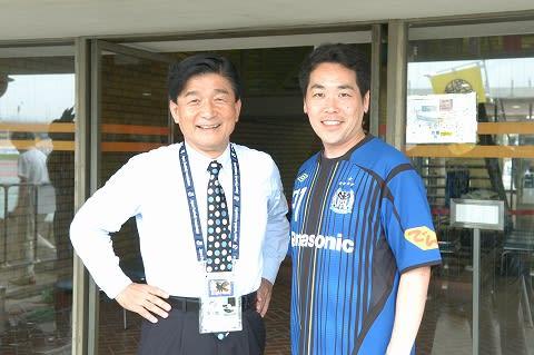 3519921d0a7f5 ガンバ大阪社長さんと倉田市長ツーショット。特注のガンバのユニフォーム似合っているでござる。