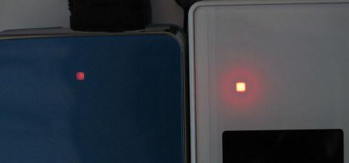 背面の着信/充電ランプの比較。左がSH-01A、右がP-01B