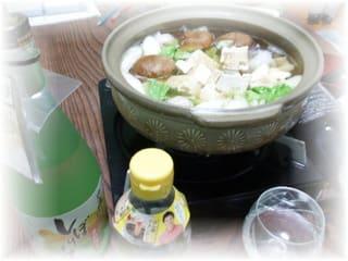 鍋の具財は、白菜、葱、シイタケ、焼豆腐、タラ、つくね、等