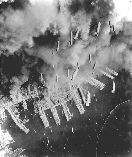 ルーズベルト大統領の急死 の後を襲った臨時大統領は、東京大空襲のまさにその、市民大虐殺のその中でアメリカ軍の最高指揮官に就任している。ルーズベルトは4月12日に突然死を遂げた。東京空襲は前年の11月から行われていたが、大統領の死をはさんで、3月10日、4月13日、4月15日そして5月25日に焼夷弾攻撃を中心に、民間人を焼き殺す暴挙として敢行された。 ここから想像出来ることは、ルーズベルトの突然の死は、「人類の歴史への挑戦=大虐殺」を躊躇した為にコロされた。