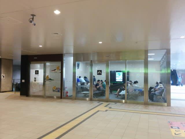 JR仙台駅の待合室とコンセント -...