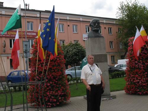 ザメンホフの胸像の前で、ガイドの@%&?¥さん