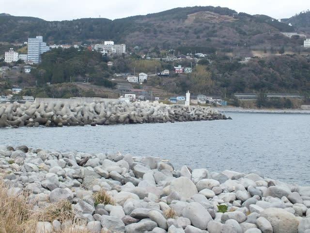 稲取港脇のゴロタ場