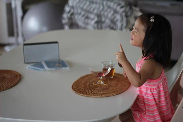 ディズニー英語システムのCDを聴きながらおやつを食べている様子