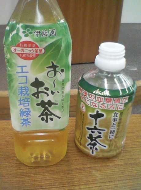 (左)お~いお茶エコ栽培緑茶(右)食事と一緒に十六茶