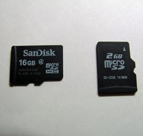 左側が賞品のmicroSDHCカード。右側は試供品のmicroSDカード