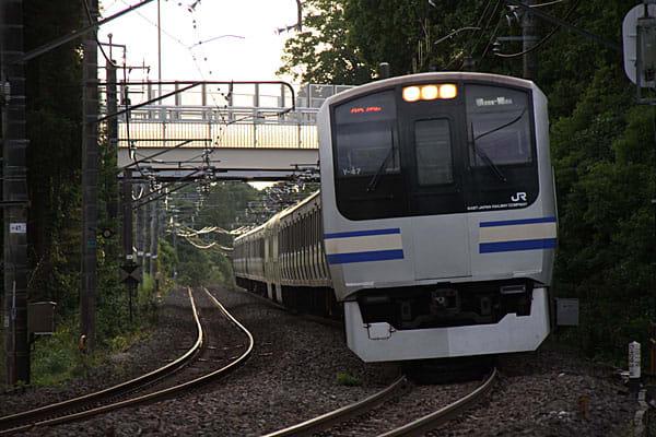 外房線誉田-土気間にある平川踏切で鉄道写真。総武快速から直通の217系、デビューから20年を経過したけど引退の声は聞こえてこないな。
