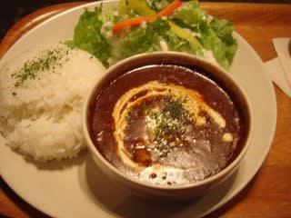 おぉ~、カフェっぽいワンプレートスタイルですね。 お皿の上にはライスとカレー、レタスとピクルスのサラダ。