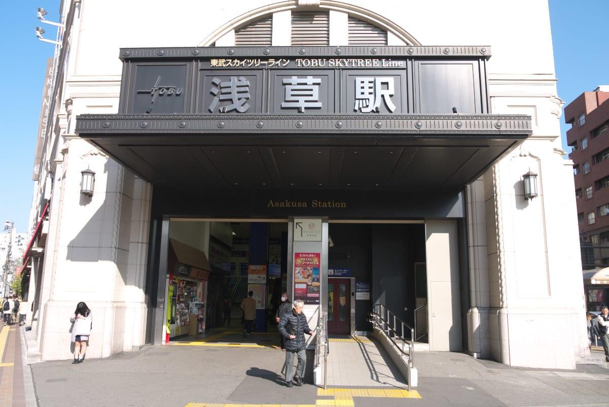 正面玄関の全景を撮影しました。浅草の繁華街と、スカイツリーの間を移動するために1駅乗る観光客が増えているのだそうです。
