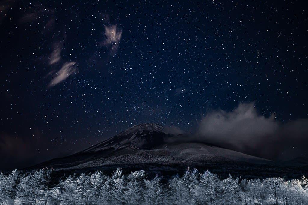 富士山と霧氷と星空の写真