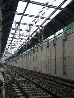 阪神なんば線九条駅から西九条駅へ向かうU型擁壁区間