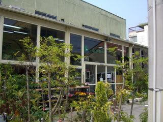 霞町4丁目交差点角に建つ花のふじわら