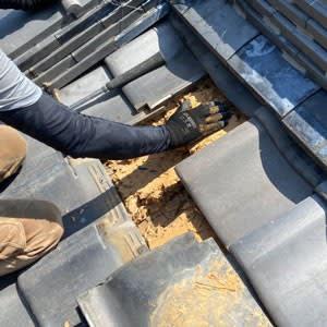 屋根下の土の状態を確認