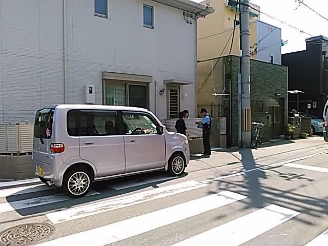 本日午前東住吉区駒川のマンション近くで交通事故・自転車と乗用車が出合い頭に。車の側面がへこみフロントガラスが割れていました。 - ハッカー伝言板改めえむびーまんの日記帳(山本隆雄ブログ)