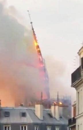 大規模な火災で炎上し、崩れ落ちるノートルダム寺院の尖塔=15日、パリ(@H_MISERのツイッターより、ロイター=共同)